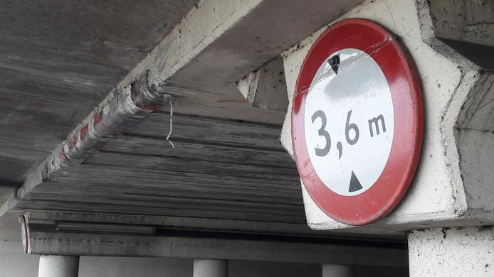Als je dit bord met een te hoge vrachtwagen passeert ben je al te laat. Links zijn de sporen te zien van truckers die de hoogte van dit viaduct verkeerd inschatten.
