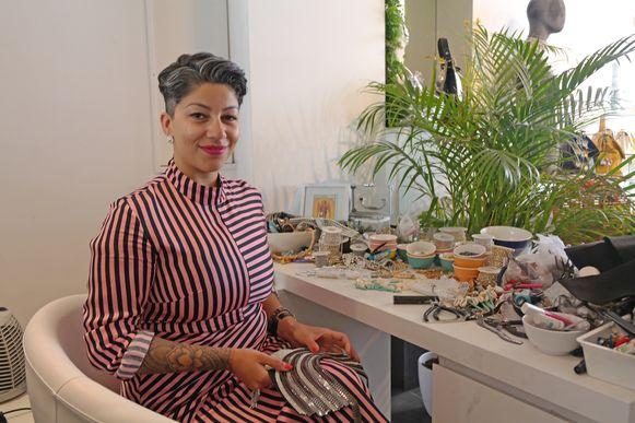 Enise, in haar atelier in de winkel.