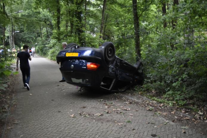 Auto maandagavond op zijn kop bij de Dassenboslaan op Wageningen-Hoog.