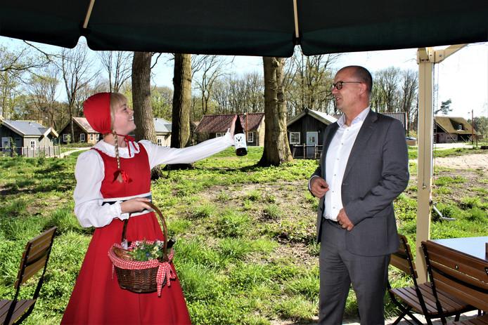 Roodkapje overhandigt het eerste biertje aan Efteling-directeur Fons Jurgens.
