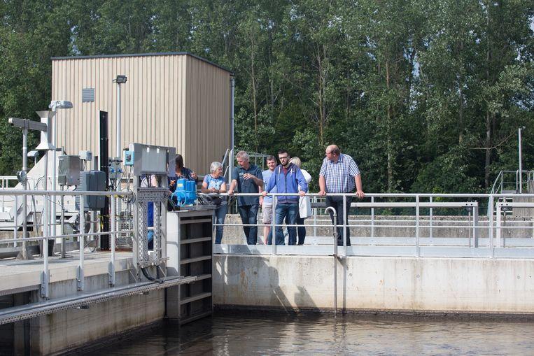 Buurtbewoners bezoeken het waterzuiveringsstation van Bilzen dat werd uitgebreid om het rioolwater van 29.000 gezinnen te kunnen opvangen.