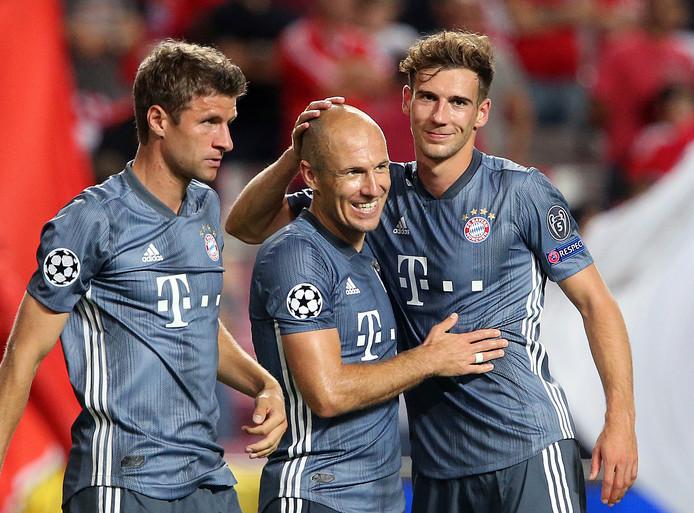 Thomas Müller, Arjen Robben en Leon Goretzka vieren de 0-2 zege van Bayern bij Benfica.