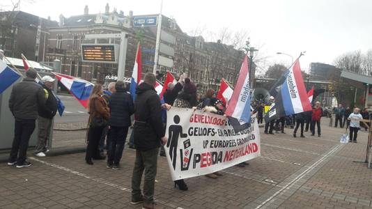 Pegida-aanhangers op het Joris Ivensplein.