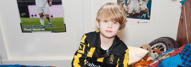 Portret van Hugo Bronkhorst (8) in zijn slaapkamer. Beeld Adriaan van der Ploeg