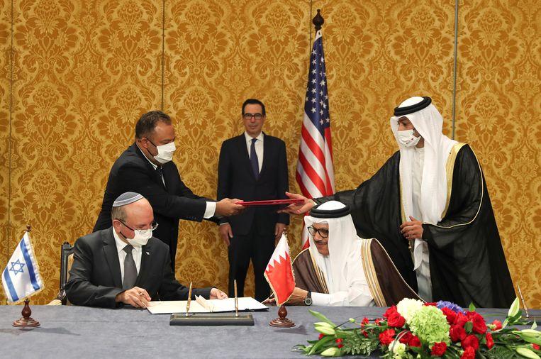 Hoofd van de Nationale Veiligheidsraad Meir Ben Shabbat tekent overeenkomst met de minister van Buitenlandse Zaken van Bahrein, Abdullatif al-Zayani. Beeld EPA