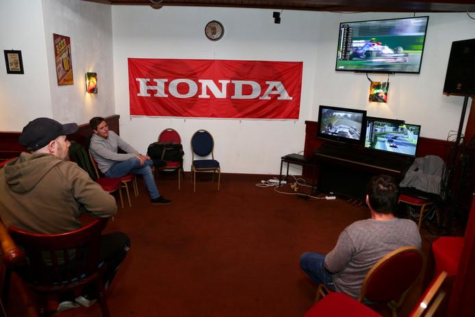 formule 1 kijken bij hotel in hazerwoude rijndijk het was niet heeeel erg druk[foto ricardo smit].