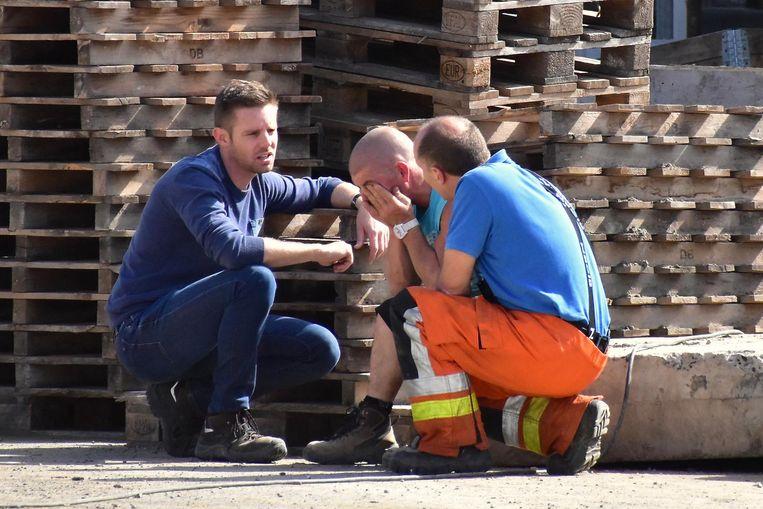 De collega's van slachtoffer Bjorn Boone (31) worden na het incident opgevangen door mensen van de dienst slachtofferhulp van de politie.