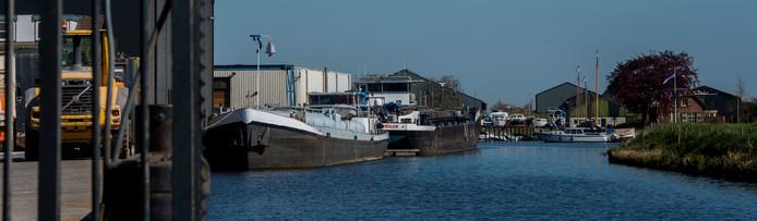 De dijk in de Kerkvaartse haven in Waspik is niet goed genoeg meer. In plaats van de dijk te verstevigen met stortstenen wordt nu onderzocht of er een nieuwe dijk kan worden aangelegd een stukje verderop.