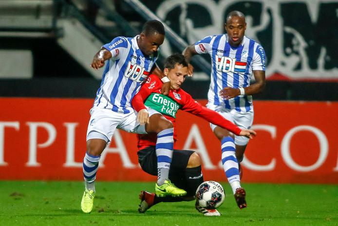 NEC'er Tom Overtoom legt het af tegen Eindhoven-speler Charni Ekangamene.
