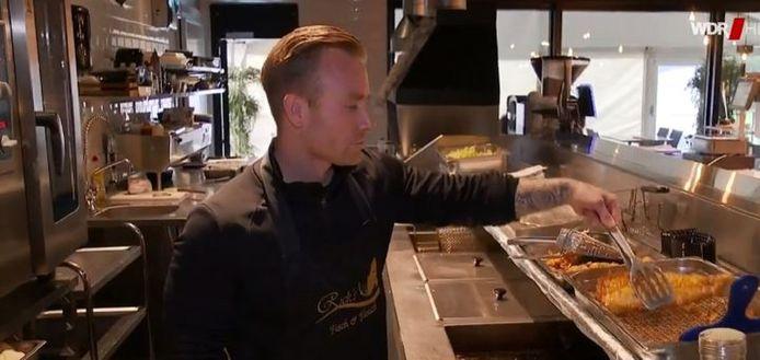 Rick de Vries bakt de vis in Overdinkel en serveert de snacks en maaltijden in Gronau.