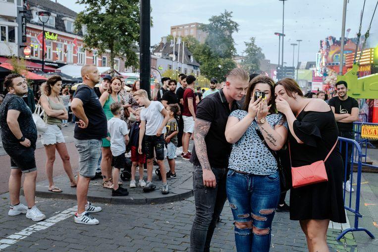 Op de Tilburgse kermis blijkt het onmogelijk om anderhalve meter afstand van elkaar te houden. Beeld Merlin Daleman
