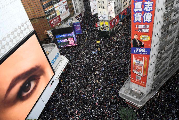 Archiefbeeld. In 2019 gingen regelmatig duizenden inwoners van Hongkong de straat op om te protesteren tegen de inperking van hun burgerrechten. De demonstranten vrezen dat de groeiende invloed van China de autonomie van Hongkong bedreigt. (08/12/2019)