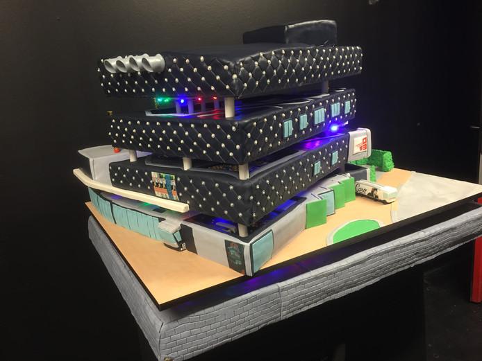 De ruim 200 kilo zware taart voor Poppodium 013.