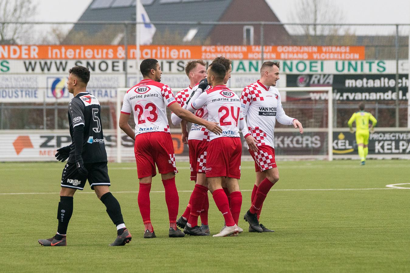 Leon Bot wordt door zijn ploeggenoten gefeliciteerd met het eerste doelpunt.