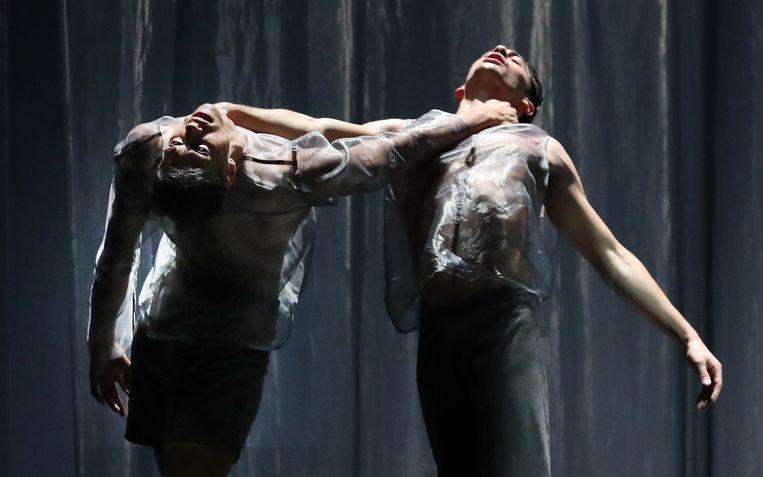 Manoeuvres van Juanjo Arqués door Nathan Brhane en Michele Esposito van Het Nationale Ballet. Beeld Hans Gerritsen