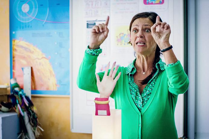 De juf - Els Dottermans - is het beu dat ouders blijven zwaaien aan het raam. Dus legt ze hen - aan de hand van een 'zwaaiend handje' - uit dat ze vanaf nu moeten stoppen met zwaaien om halfnegen stípt.