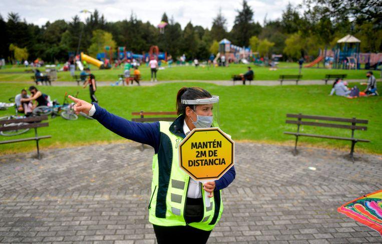 In de Colombiaanse hoofdstad Bogotá genoten mensen afgelopen weekend van de onlangs heropende parken.  Beeld AFP