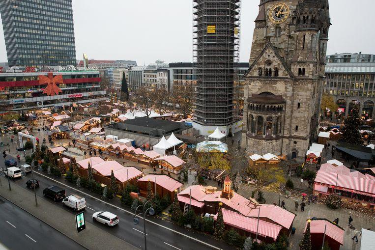 De markt op de Breitscheidplatz in Berlijn is weer geopend. Op de achtergrond de Gedächtniskirche Beeld EPA