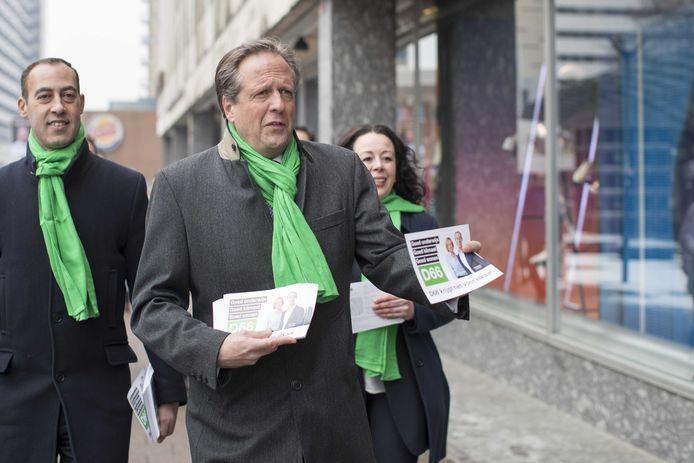 D66-leider Alexander Pechtold en Said Kasmi (l), lijsttrekker in Rotterdam, flyeren bij De Doelen.
