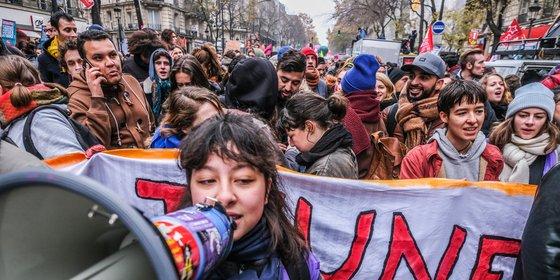 Het volk tegen 'meneertje Macron': pensioenstaking legt Frankrijk lam