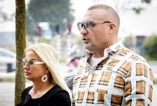 Klaas Otto (rchts), familieleden en zijn advocaat komen aan bij de rechtbank van Breda.