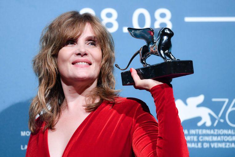 Emmanuelle Seigner neemt de Zilveren Leeuw in ontvangst namens regisseur Roman Polanski. Beeld AFP