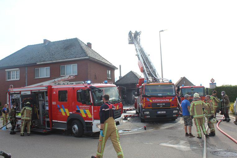 De brandweer was nog een hele namiddag bezig met nablussen.