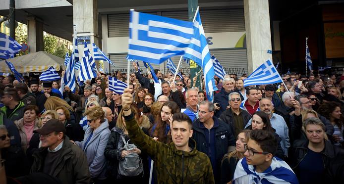 Demonstranten zwaaien met de Griekse vlag in Athene tijdens een demonstratie tegen de naam van buurland Macedonië.