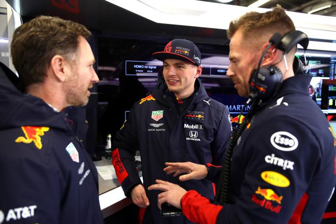 Christian Horner )l) in gesprek met Max Verstappen.
