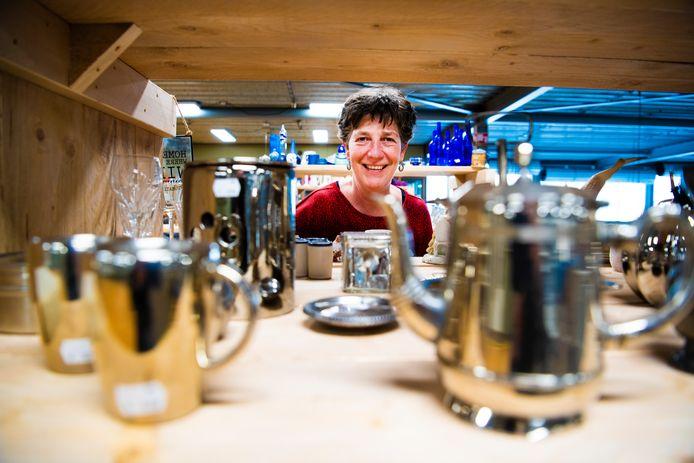 Medewerker van een Dorcaswinkel in Apeldoorn (archieffoto). Dorcas telt 35 kringloopwinkels in Nederland.