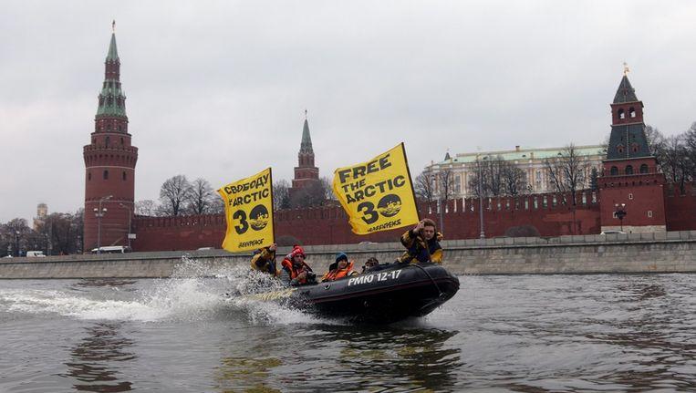 Greenpeace-activisten protesteren in Moskou tegen de gevangenname van hun collega-activisten Beeld epa