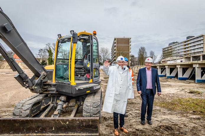 Links, in witte jas, wethouder Hans Mieras. Rechts, met roze overhemd, projectleider Maarten van der Zwan van Cordeel.
