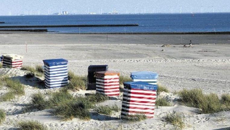 Het strand van Borkum. Aan de horizon de Eemshaven die op vijftien kilometer van het Duitse Waddeneiland ligt. Foto:Borkum-Aktuell Beeld