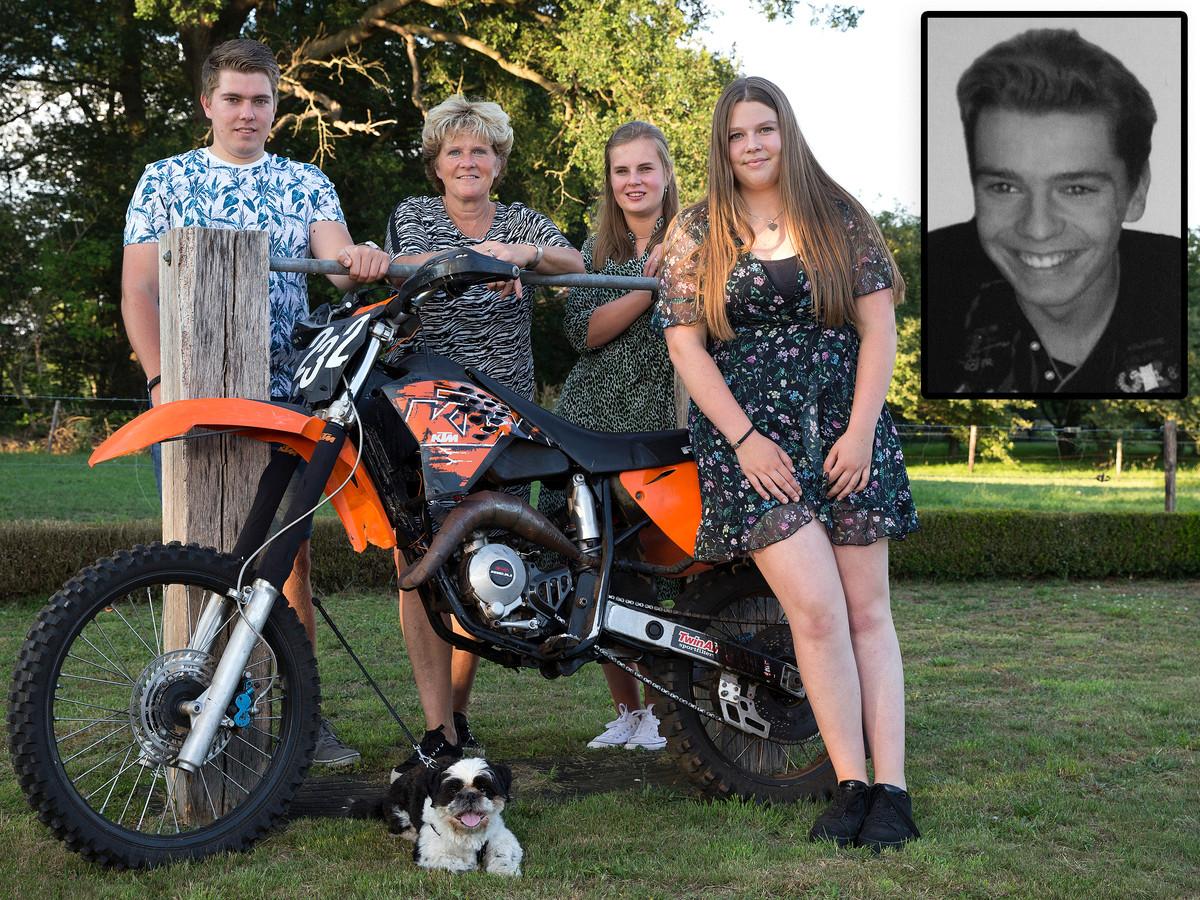 Van links naar rechts: Boets broer Stan, moeder Ilona, Stans vriendin Demi en Boets zus Kim met de crossbrommer van Boet.