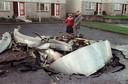 Twee inwoners van Lockerbie bij het toestel dat in december 1988 neerstortte in het Schotse plaatsje.