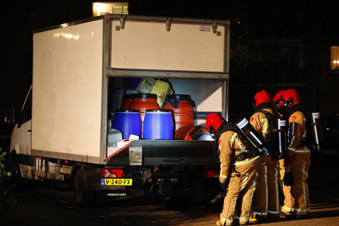 Uit het vrachtwagentje dat geparkeerd stond in de Offenbachlaan in Eindhoven lekte een rode vloeistof. Het busje bleek volgeladen met vaten en jerrycans. Een aantal vaten was omgevallen.