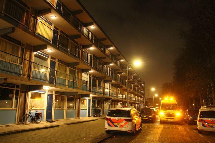 Direct na de melding van de woningoverval spoedden de hulpdiensten zich naar de Dosiostraat.