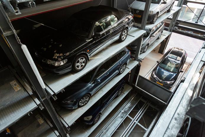 Een auto wordt binnengereden in de nieuwe garage.