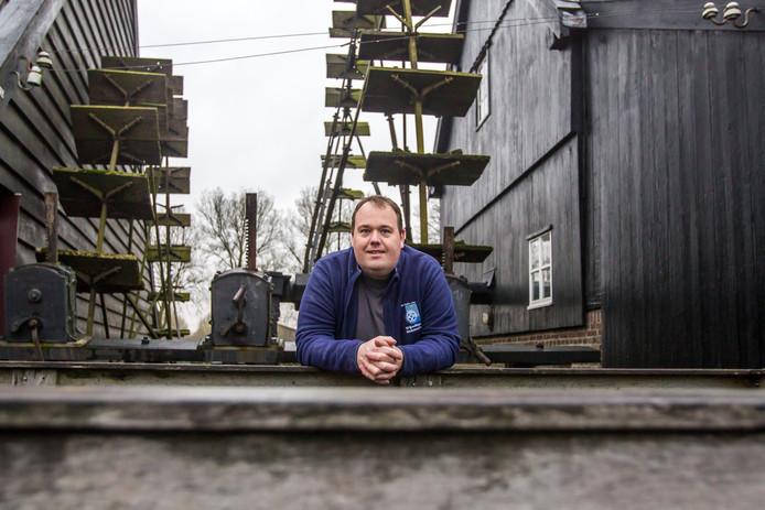 Molenaar Martijn Coenraads bij Opwittense watermolen in Nuenen