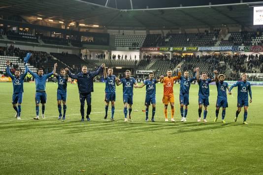 De spelers van Feyenoord vieren de overwinning op Heracles.