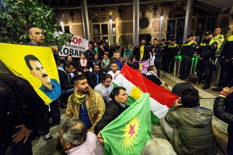 Demonstranten buiten het Tweede Kamergebouw in Den Haag. Beeld EPA