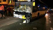 Auto knalt op nieuwe lijnbus