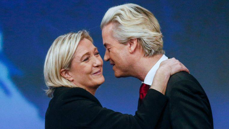 Marine Le Pen (L) van de Franse partij Front National begroet PVV-leider Geert Wilders. Beeld REUTERS