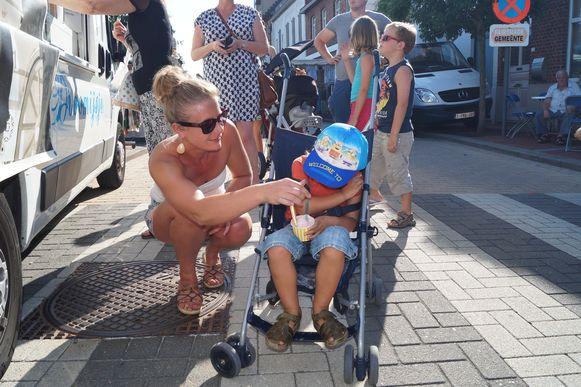 """Carmen Vanden Broecke met zoontje Faryan (3): """"Doorgaans hebben we goed weer met de avondmarkt, maar dit is wat teveel van het goede"""""""
