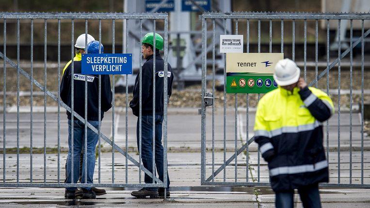 Medewerkers van Tennet staan bij een verdeelstation in Diemen. De grote stroomstoring in Noord-Holland werd veroorzaakt door een defect in dit hoogspanningsstation. Beeld anp