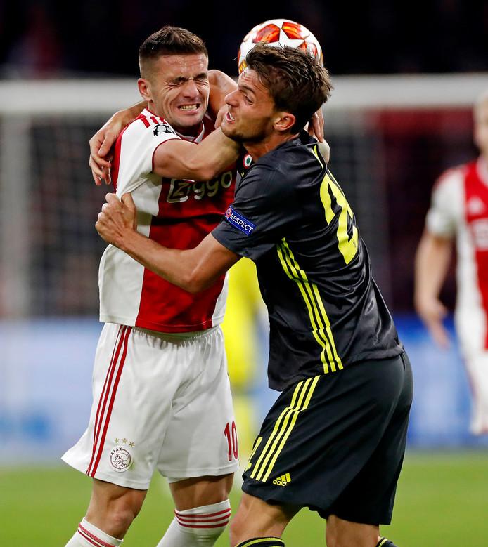 Juventus-verdediger Daniele Rugani in duel met Dusan Tadic.