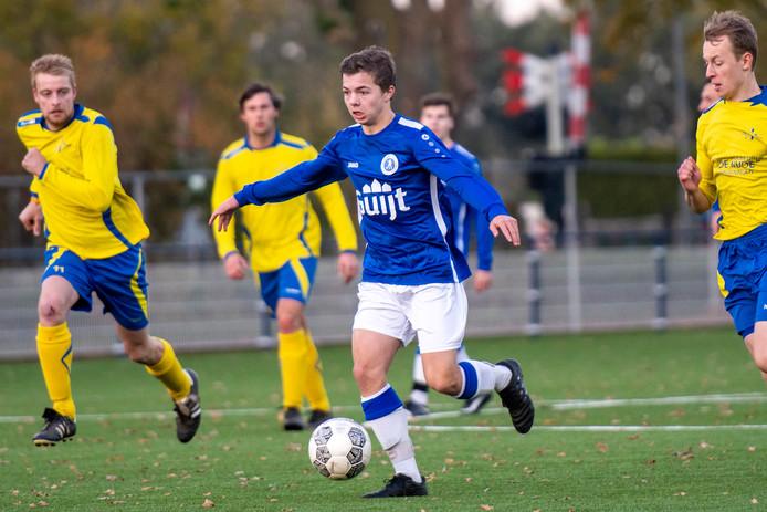 Valburg-spelerTwan Willemsen (r)maakthet deploegvan zijnstiefvader moeilijk.