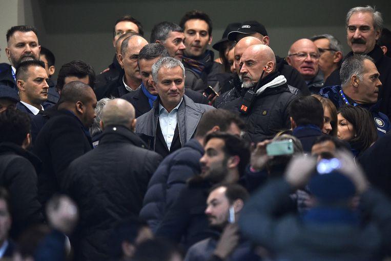 Jose Mourinho wordt omringd door pers en publiek. Beeld ANP