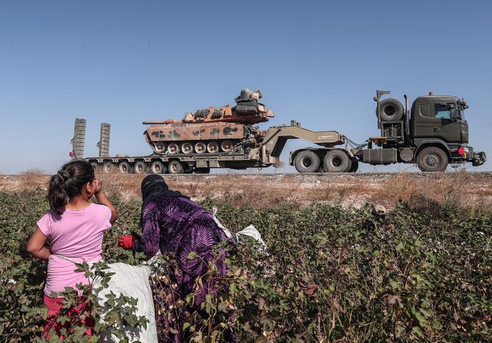 Koerdische seizoenarbeiders zien hoe het Turkse leger met tanks Noord-Syrië binnenrijdt.