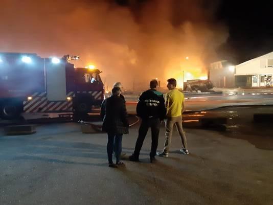 Patrick Potter (midden) ziet hoe het bedrijf van zijn vader in vlammen opgaat.